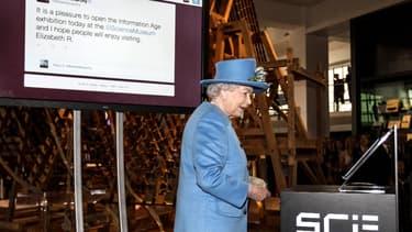 """La reine Elizabeth II a envoyé vendredi son premier tweet lors de l'ouverture d'une exposition sur """"l'Ere de l'information"""", à Londres."""