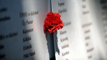 Un oeillet placé sur une liste de noms de victimes des massacres d'Arméniens, lors des commémorations du 24 avril 2013, à Istanbul.