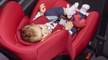 Il vaut mieux installer son siège auto pour bébé dos à la route sur la banquette arrière, pour bien protéger l'enfant en cas d'accident.