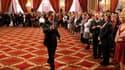 Nicolas Sarkozy lors d'une cérémonie de remise de médailles à des mères de familles nombreuses, à l'Elysée. Le chef de l'Etat a réaffirmé qu'il ne dévierait pas de son cap sur les retraites. /Photo prise le 15 octobre 2010/ REUTERS/Charles Platiau