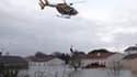Evacuation d'habitants de La Rochelle, dimanche. Le bilan provisoire de la tempête Xynthia, qui s'est abattue sur la France ce week-end, est de 48 morts. /Photo prise le 28 février 2010/REUTERS/Brigade des pompiers/Sylvain Roussillon