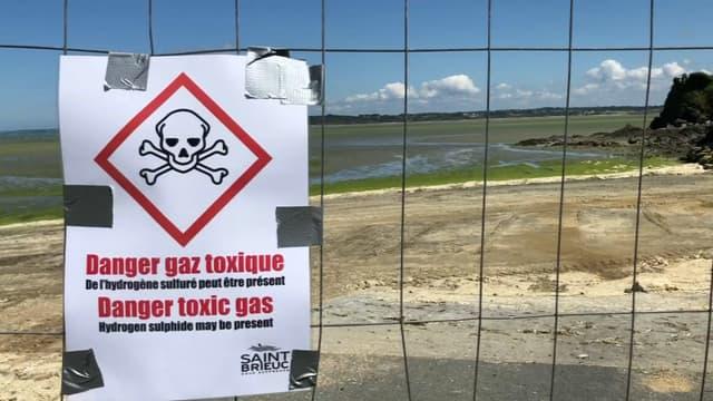 Prévention contre le danger des algues vertes sur une plage bretonne