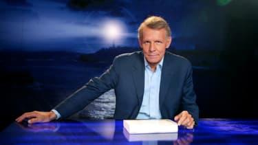 """Le journaliste et présentateur Patrick Poivre d'Arvor (PPDA)  présentant son émission """"Vol de nuit"""" in Paris le 27 septembre 2007"""