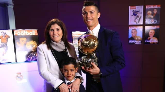Cristiano Ronaldo et sa mère avec le Ballon d'Or