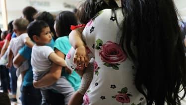 Des femmes et enfants migrants dans une gare routière de la ville américaine frontalière de McAllen, le 22 juin 2018