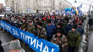 Plusieurs milliers de partisans de Vladimir Poutine ont défilé jeudi matin dans les rues de Moscou, à dix jours de l'élection présidentielle que le Premier ministre aborde en grand favori, malgré le mouvement de contestation inédit qui a vu le jour après