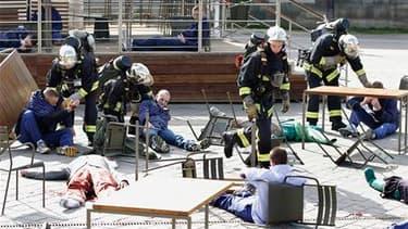 """Près de la Tour Eiffel, des pompiers interviennent lors d'une simulation d'attaques terroristes. Trois jours après l'attentat déjoué de New York, les autorités françaises ont organisé un exercice, baptisé opération """"Omega 2010"""", qui prévoyait trois explos"""