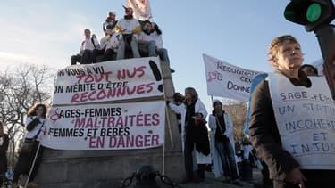 Les sage-femmes manifestent à Paris le 16 décembre 2013