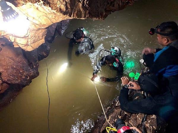 Des secouristes en reconnaissance dans la grotte de Tham Luang, en Thaïlande, où 12 enfants sont bloqués depuis 7 jours.