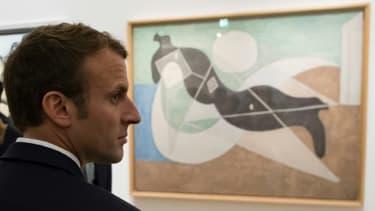 """Le président français Emmanuel Macron devant la toile de Picasso intitulée """"Femme étendue au soleil (1932), le 8 octobre 2017."""
