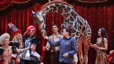 La princesse Stephanie de Monaco nourrit une girafe au cirque de Monte-Carlo, le 16 janvier 2017