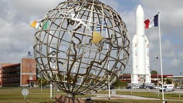 Réplique d'Ariane 5 à l'entrée du centre spatial Kourou, en Guyane. Ariane 5 a mis sur orbite le quatrième véhicule de transfert automatique de l'Agence Spatiale Européenne, ce qui marque le succès de la 213e mission de la fusée et sa deuxième réussite de
