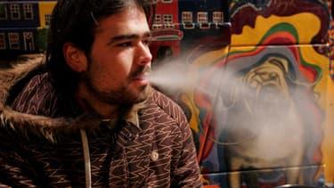 Un touriste dans le Bulldog, l'un des coffee shops les plus fréquenté d'Amsterdam