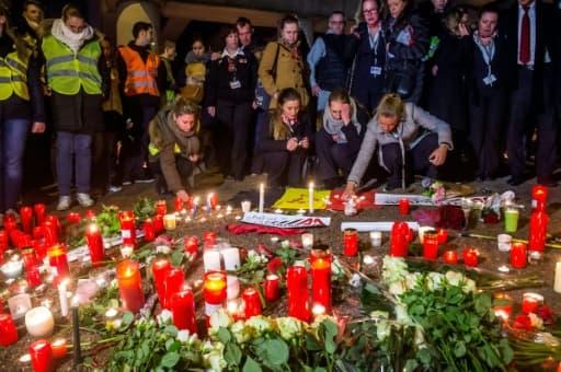 Plusieurs centaines d'employés de l'aéroport international de Bruxelles sont rassemblés à quelques centaines de mètres de l'aérogare dévastée par les attaques suicide jihadistes