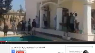 Les hommes se sont filmés au bord d'une piscine, dans la partie résidentielle de l'ambassade.