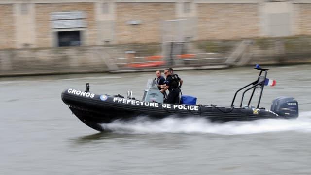 Des policiers de la brigade fluviale - Illustration