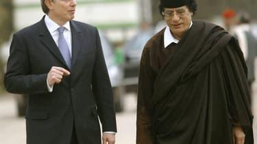 Tony Blair, alors Premier ministre du Royaume-Uni, (g) et le dirigeant libyen Mouammar Kadhafi dans une banlieue de Tripoli le 25 mars 2004