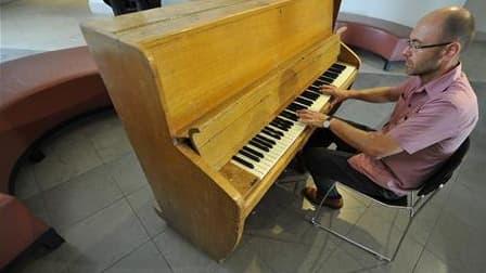 Un piano des studios d'Abbey Road, utilisé notamment par les Beatles et Pink Floyd, sera mis aux enchères le 15 août prochain et pourrait trouver preneur à 150.000 livres sterling (180.000 euros). /Photo prise le 2 août 2010/REUTERS/Toby Melville