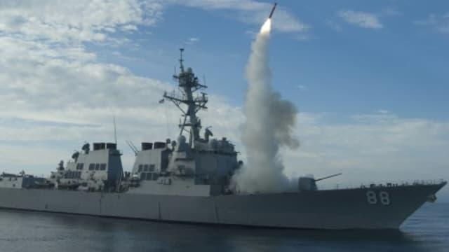 Tir d'un missile Tomahawk depuis un bâtiment américain.