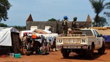 Des casques bleus du Gabon patrouillent à Bria en Centrafrique, le 12 juin 2017