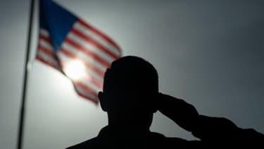 Un soldat des forces aériennes américaines fait un salut militaire au Camp Simba, au Kenya, le 26 août 2019 (photo d'illustration)