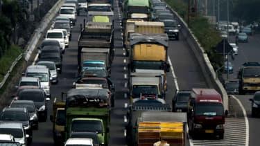 Le trafic encombré dans une rue de Djakarta, en Indonésie.