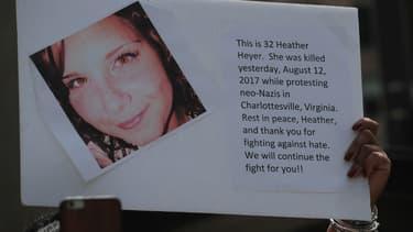 Une manifestante brandit une pancarte à l'image de Heather Heyer le 13 août à Chicago (Illinois)