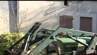 Le tracteur doté d'un bras articulé s'est renversé dans sa chute, écrasant le jeune homme qui est mort sur le coup (photo d'illustration)