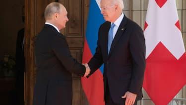 Le président américain Joe Biden et son homologue russe Vladimir Poutine se serrent la main au début de leur sommet, le 16 juin 2021 à Genève (photo d'illustration)