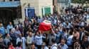 Des Egyptiens transportent le cercueil d'un policier mort lors des combats, le 21 octobre 2017 au Caire.