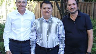 Les deux cofondateurs de la start-up eDevice,  Marc Berrebi (à gauche sur la photo) et Stéphane Schinazi (à droite) entourent M.Liu fondateur d'iHealth, leur nouvel actionnaire majoritaire chinois.