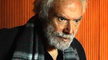 Cheveux longs et barbe broussailleuse, regard bleu étincelant, nonchalance bohème, l'auteur du Métèque, Georges Moustaki, est mort jeudi matin