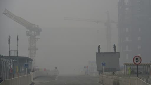 Epaisse couche de brouillard provenant de la pollution à Pékin, le 22 décembre 2015