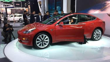 La Tesla Model 3, qui pose tant de problèmes de production à Elon Musk, exposée en avril au salon automobile de Pékin (Chine).