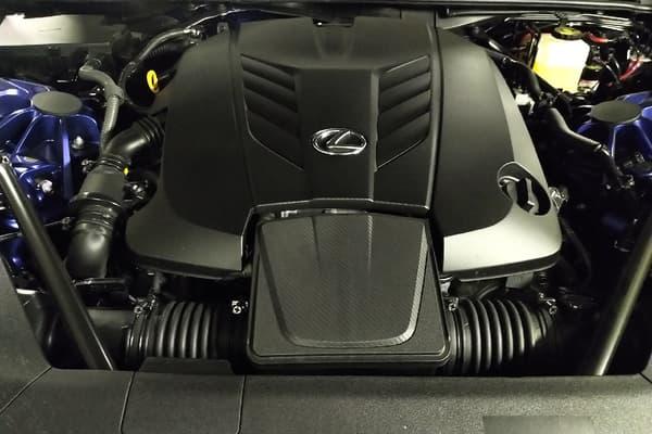 Lexus a placé dans ce cabriolet V8 32 soupapes de 464 chevaux, sans turbo ni aucune aide électrique.