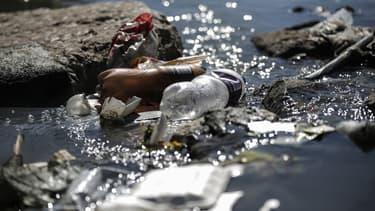 Des déchets plastiques sur les rives de la rivière Jukskei à Johannesburg, le 3 juin 2018 (Illustration)