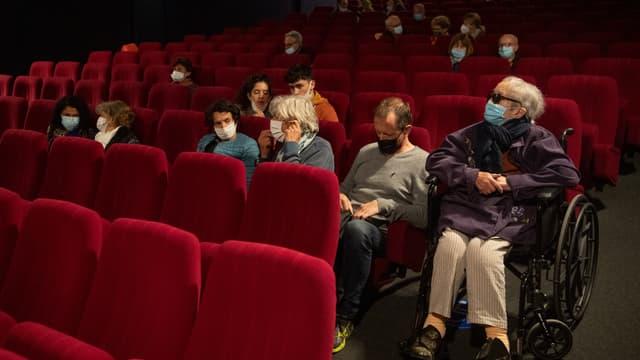 Des spectateurs au cinéma de Belle-Île-en-Mer (Morbihan) au premier jour de la réouverture des salles obscures, le 20 mai 2021.