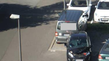 La conductrice a percuté la plupart des voitures stationnées sur le parking, un sacrilège en Allemagne.