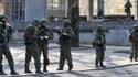 Des soldats non-identifiés lourdement armés patrouillent devant le Parlement de Crimée, à Simféropol samedi, en Ukraine.