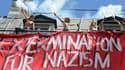 """Des membres des Femen déployant une banderole sur laquelle est écrit """"sextermination for nazism"""""""
