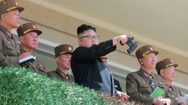Photo non datée fournie le 14 avril 2017 par l'agence officielle nord-coréenne Kcna du leader Kim Jong-Un observant les opérations des forces spéciales dans un lieu non précisé
