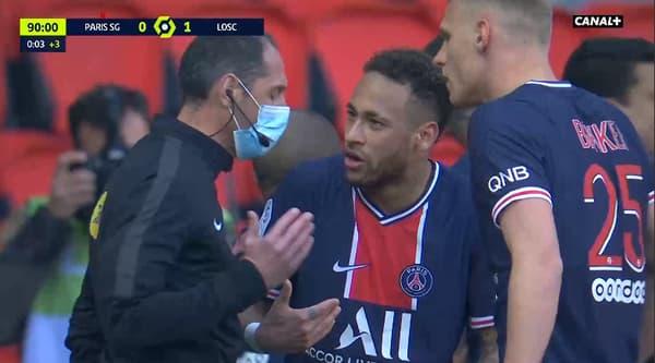 Neymar et l'arbitre lors de PSG-Lille
