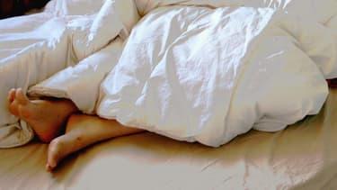 Un individu au lit - Image d'illustration.