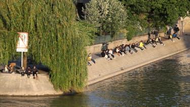 Des Parisiens rassemblés sur les Berges de Seine, le 11 mai 2020.