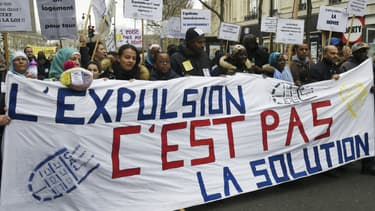 """""""L'expulsion c'est pas la solution"""", peut-on lire sur une banderole lors d'une manifestation place de la République à Paris, à l'appel du DAL (Droit au Logement), le 2 avril 2016"""