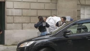Des agents de police amenant les suspects au Palais de justice de Pau