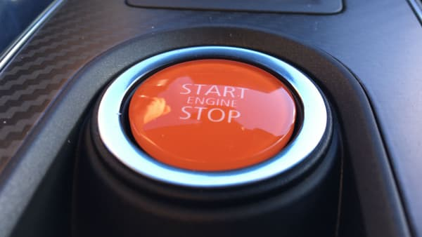 """C'est ce gros bouton rouge, au centre de la console centrale, qui permet de démarrer le moteur. Sur le volant, un autre bouton estampillé """"Sport"""" permet de choisir entre les 3 modes: Confort, Sport et Track."""