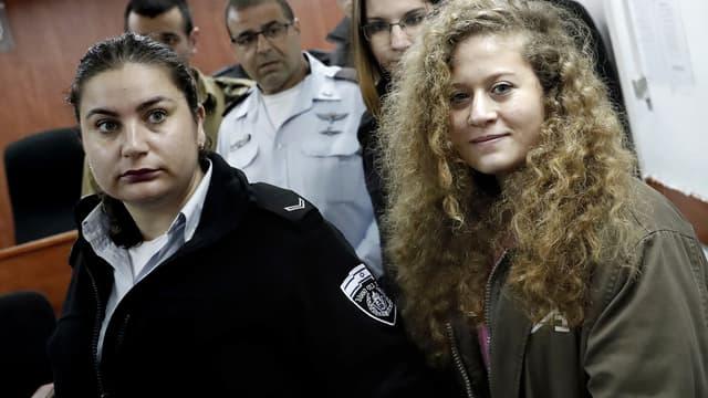 Ahed Tamimi arrive pour le début de son procès à la prison militaire d'Ofer, à Betunia, le 13 février 2018.