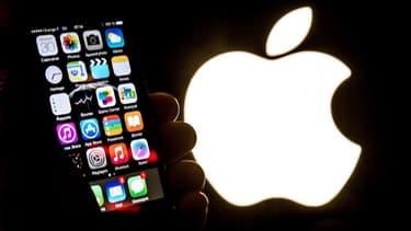 Contrairement à Google, Apple est réputée pour sa politique contraignante par les éditeurs et développeurs, vis à vis des applications mobiles qu'il accepte d'accueillir dans sa boutique en ligne.