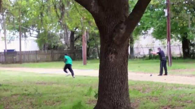 Capture d'écran extraite de la vidéo montrant le policier tirer sur Walter Scott.